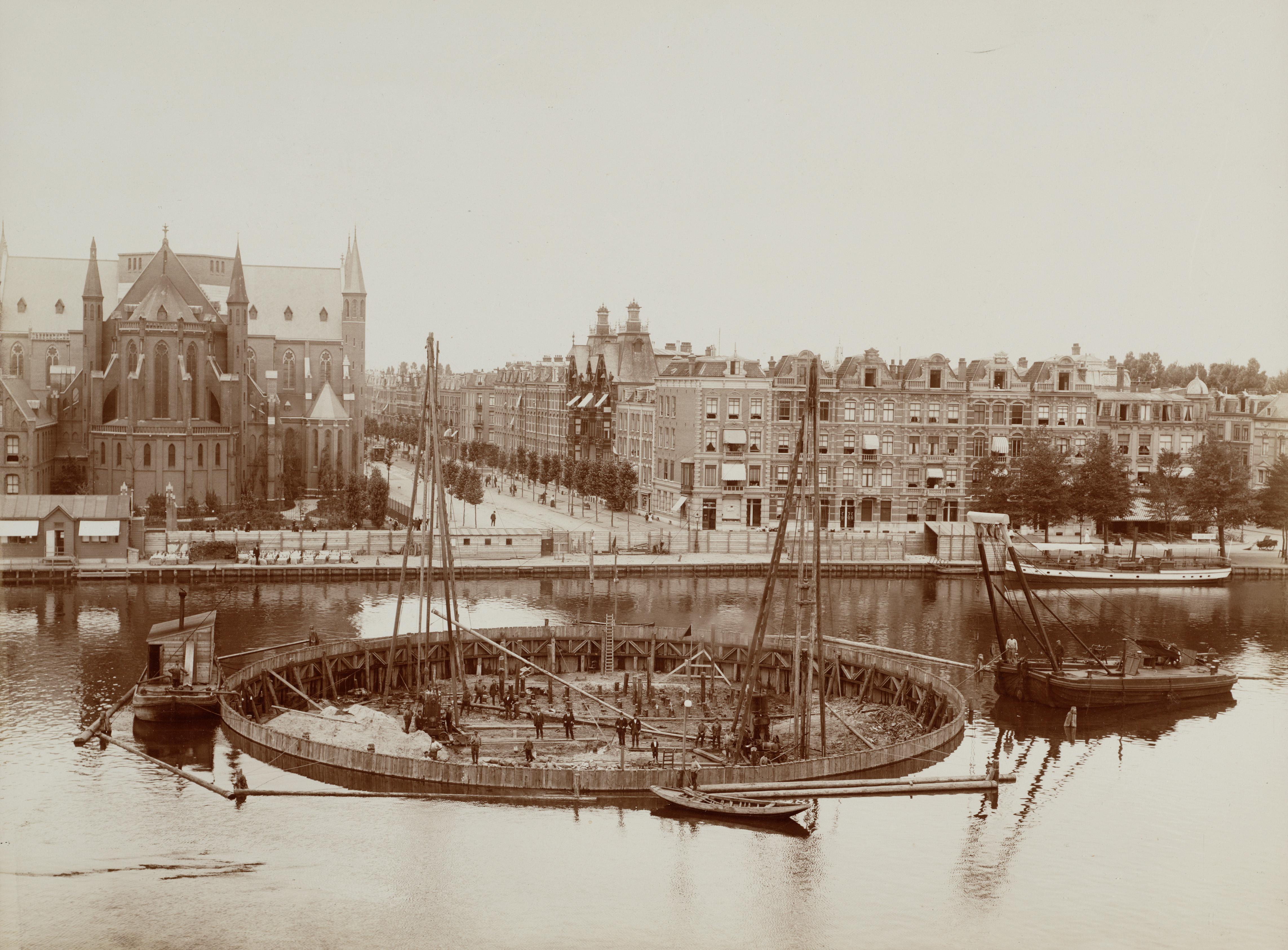 Nieuwe Amstelbrug in aanbouw, foto Gustaaf Oosterhuis, 1901, Collectie Stadsarchief Amsterdam