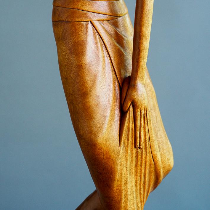 I Made Runda, Bali: houten art deco beeld van danseres met lotusbloem, ca. 1950-1970