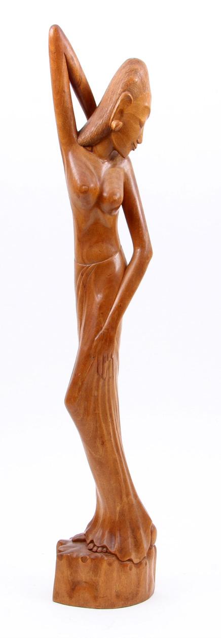 I Made Runda, Bali: houten art deco beeld van een staande vrouw, ca. 1950-1970