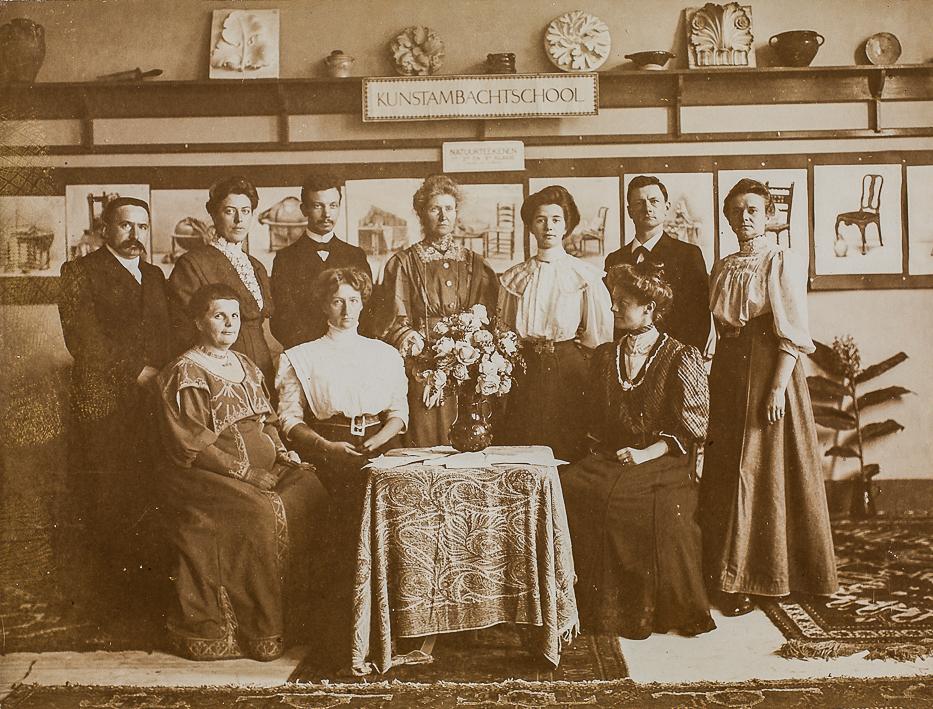 Groepsfoto van de docenten aan de Dagteeken- en Kunstambachtsschool voor Meisjes in Amsterdam (1908). Anna Sipkema staat op de achterste rij (tweede van links). Links naast haar staat Kees Oosschot en rechts van haar: Georg Rueter, C.M. van Gelder, C.T. Stein, Herman Hana en Agnieta Gijswijt. Zittend v.l.n.r.: Betsie Kerlen (directrice), Annie Abresch en H.L. Holsboer. Foto: RKD (afkomstig uit het archief van de school)