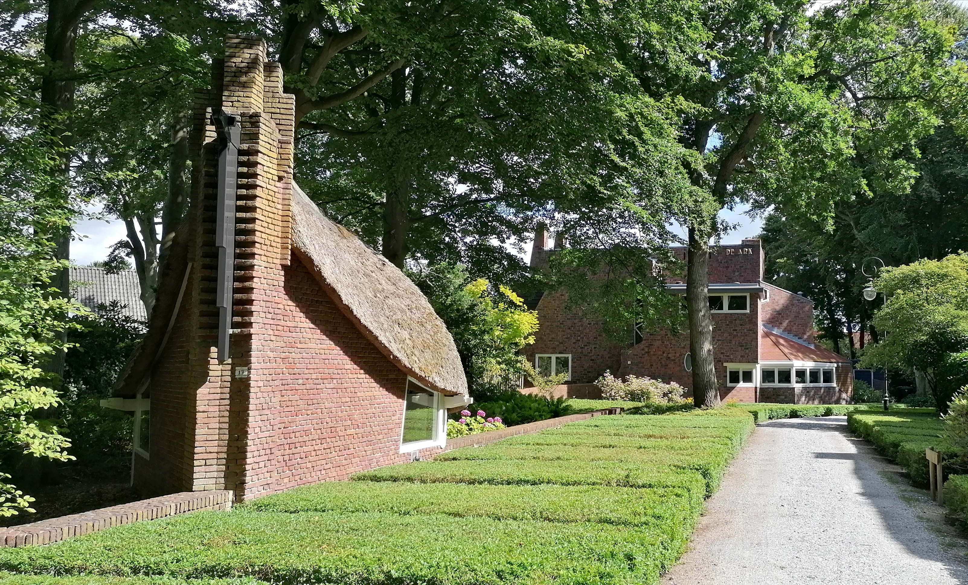Entree Park Meerwijk te Bergen met links het tuinhuisje van villa De Ark.