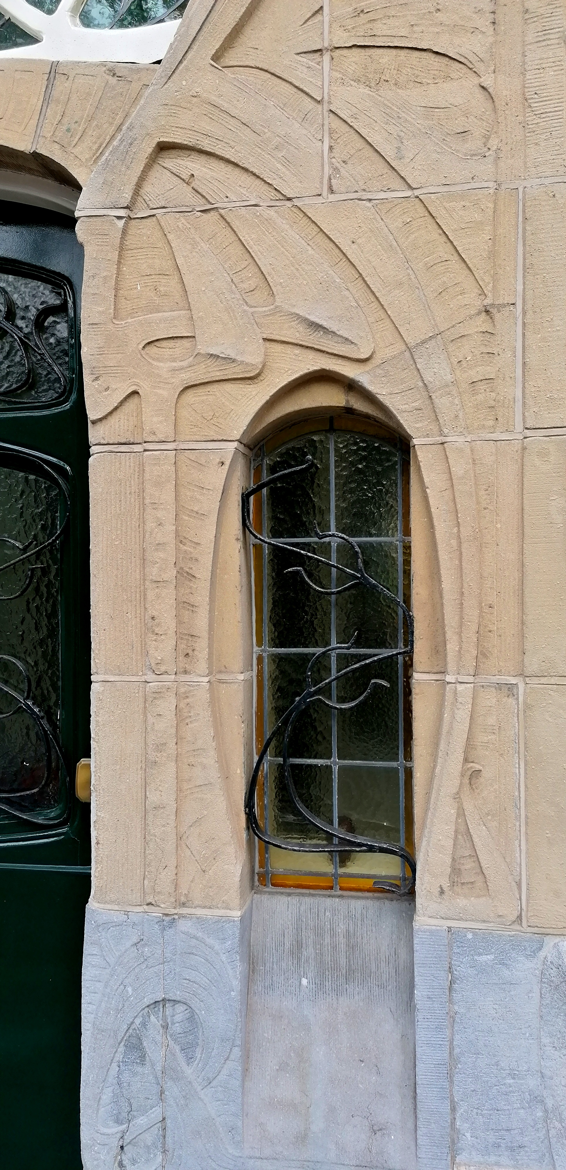 gevelversiering en raam bij deur jugendstil art nouveau huis aan Laan van Meerdervoort nr. 215 Den Haag