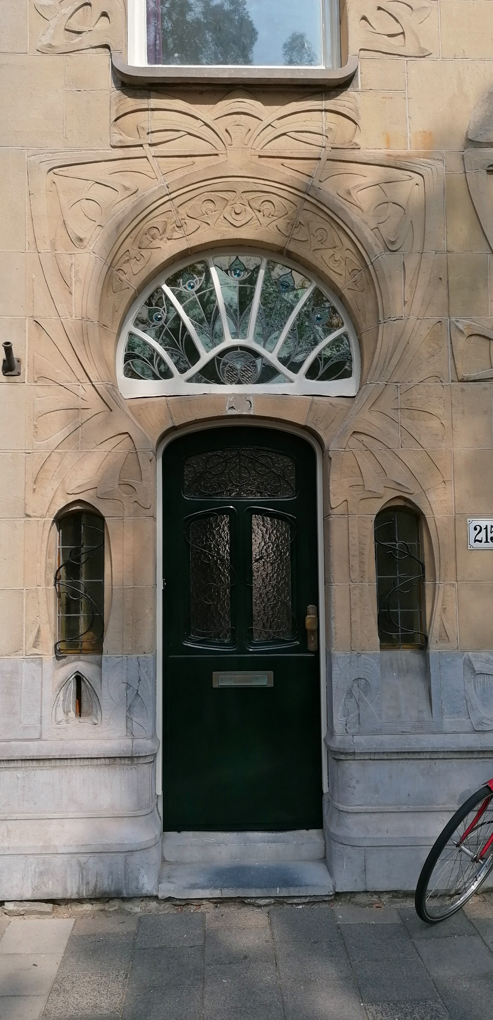 entree jugendstil art nouveau huis aan Laan van Meerdervoort nr. 215 Den Haag