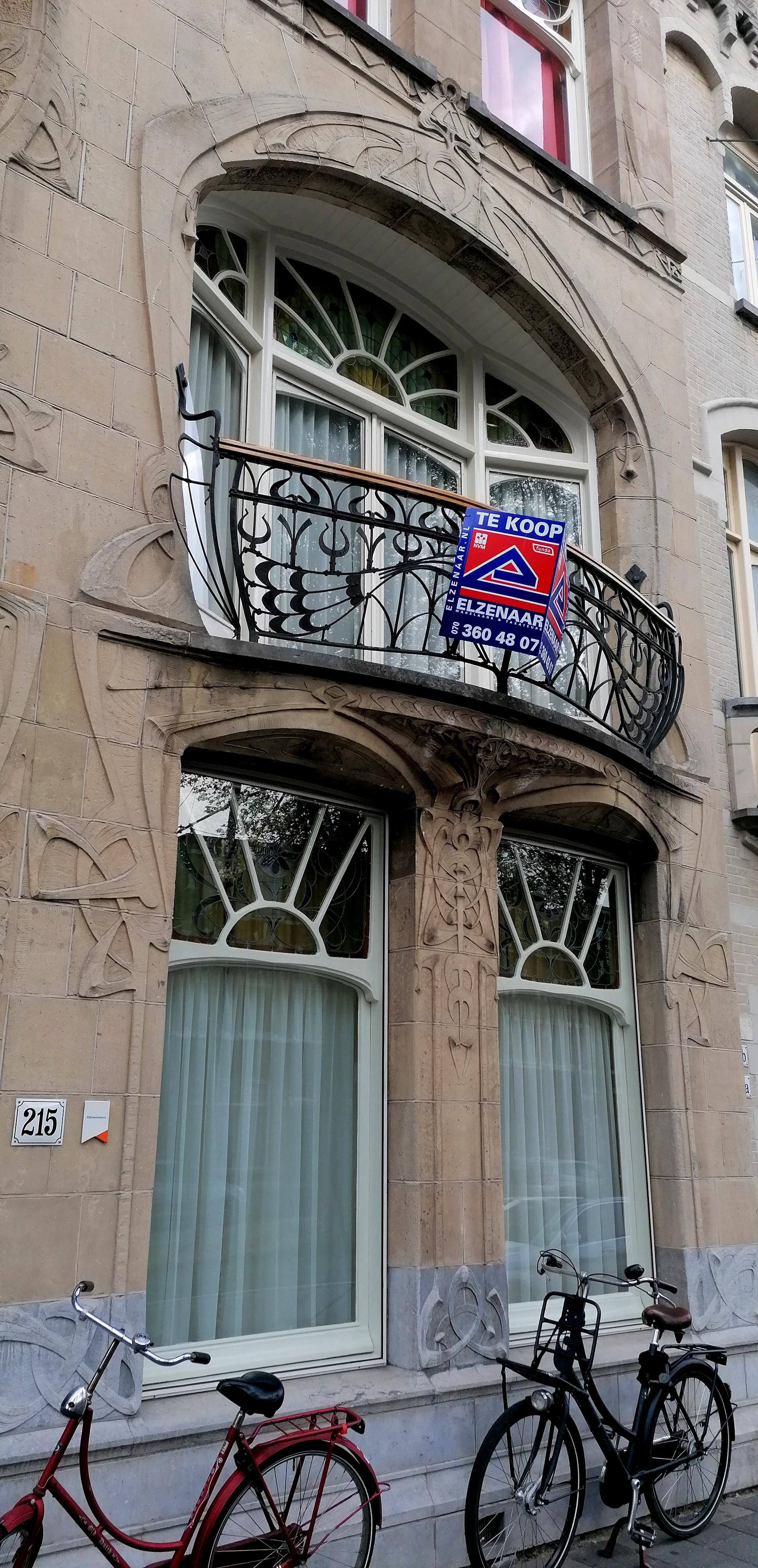 glas-in-loodramen en balkon jugendstil art nouveau huis aan Laan van Meerdervoort nr. 215 Den Haag