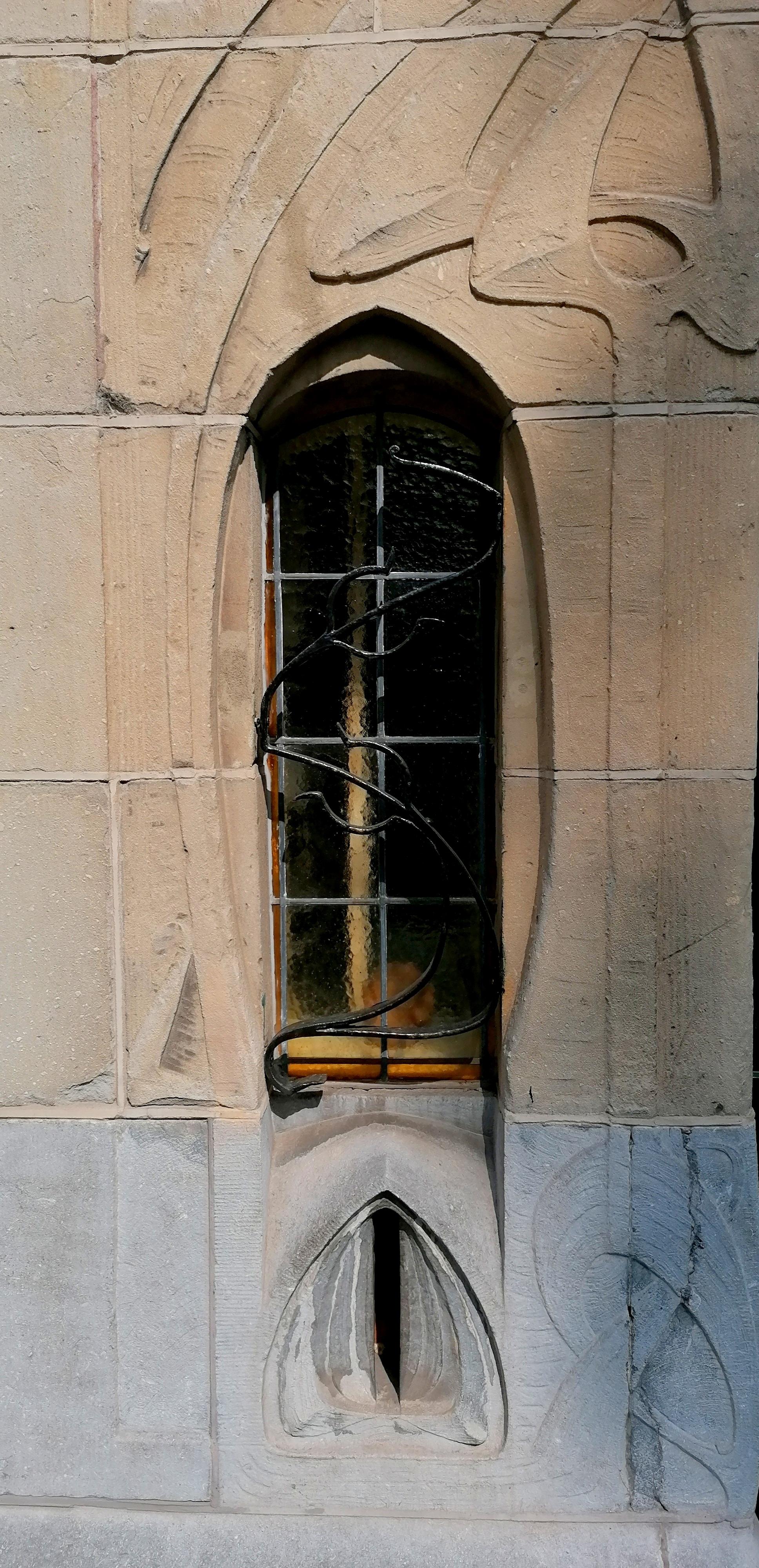 brievenbus en raam naast deur jugendstil art nouveau huis aan Laan van Meerdervoort nr. 215 Den Haag